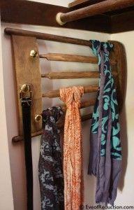 Un dossier de chaise recyclé en porte foulards