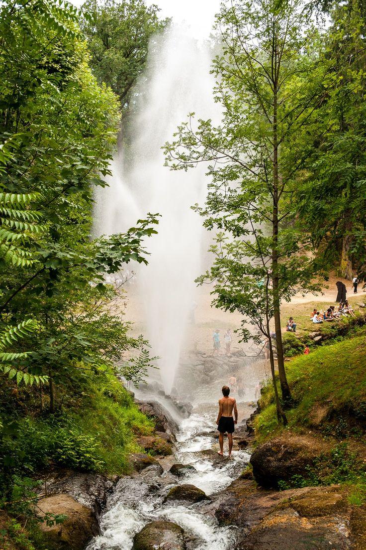 www.auxsourcesducanaldumidi.com  Gerbe d'eau dans le parc de Saint-Ferréol #auxsourcesducanaldumidi #eau #lac #saintferreol #revel #soreze #tarn #geyser #hautegaronne #aude © Y.Chevojon