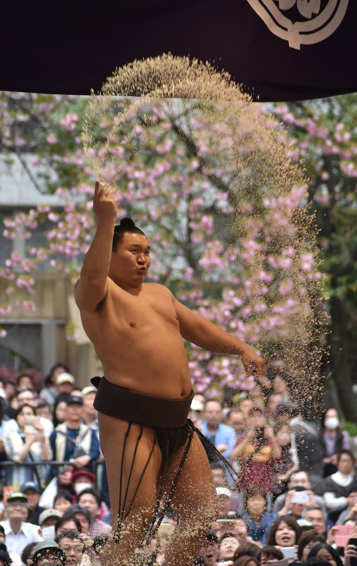 Hakuho purifies the Sumo Ring with a Big Handful of Salt [1894x3000]