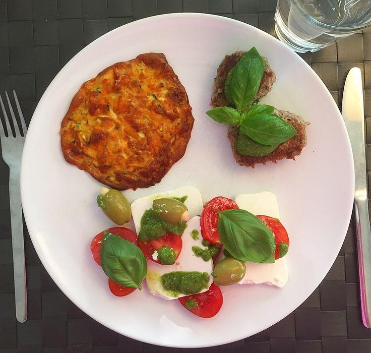 Græske frikadeller, tomatsalat og sund rösti