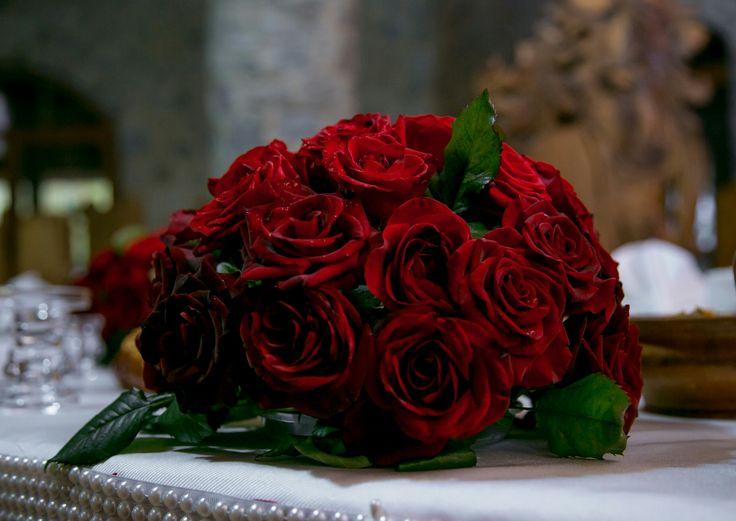 Wedding in red.  Wedding florist.  Wedding flowers.  Wedding decor.  Red roses.  Монобукет.  Свадебные композиции   Стол молодоженов.  Свадьба в красном цвете.