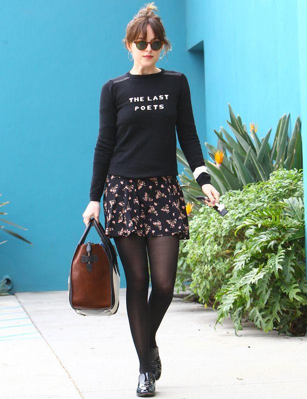 outfit con jersey negro con mensaje, minifalda de flores, medias no muy tupidas, zapatos masculinos y bolso de piel.
