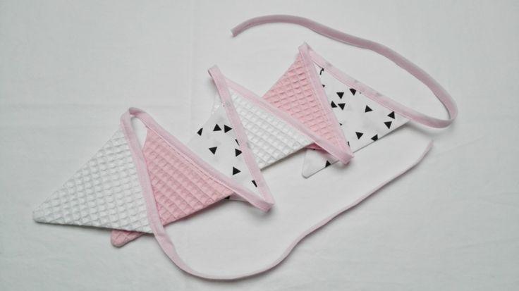 Super cute deze vlaggenlijn, roze met wit en driehoekjes design.  #vlaggenlijn #roze #driehoekjesdesign #baby #babykamer #babyshower