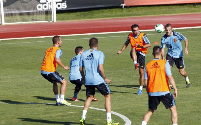 Xavi toca un balón durante un entrenamiento en Las Rozas en 2013 #seleccionespanola #LaRoja #diariodelaroja
