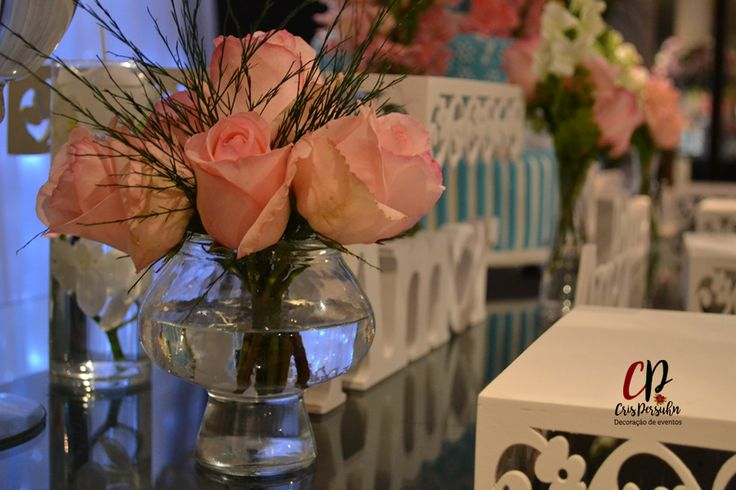 Arranjo de rosas para mesa de bolo
