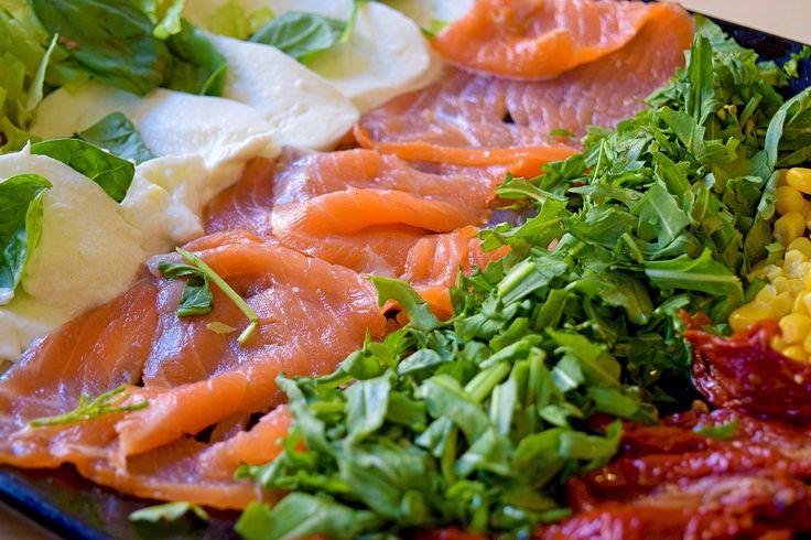 Salmone, Lattuga, Rucola, Mozzarella, Pomodori Secchi e Mais