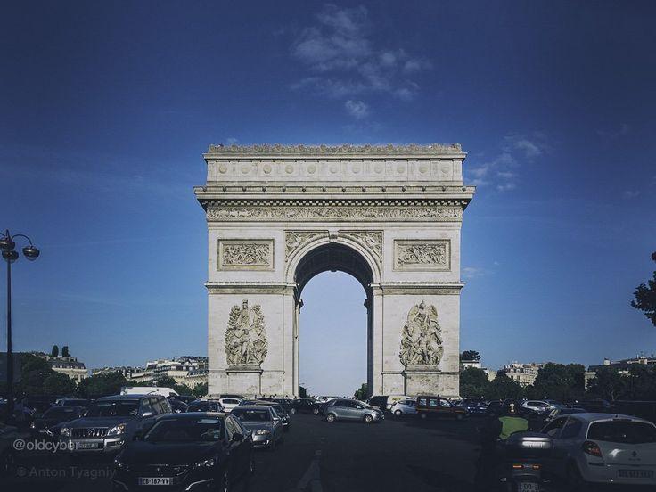 В декабре 1806 года сразу после Аустерлицкого сражения Наполеон распорядился соорудить на парижском холме Шайо триумфальную арку в честь военных побед одержанных Францией во время Революции и в период Первой империи. Целых два года ушло на сооружение фундамента. В 1810 году когда новоиспеченная императрица Мария-Луиза должна была торжественно въехать в столицу по Елисейским полям на каменном фундаменте была наспех сделана из досок и сурового полотна декорация будущей арки. Архитектор…