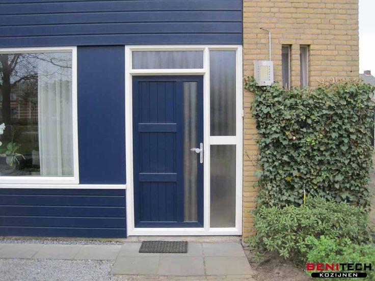 Een voorgevel renovatie met donkerblauw keralit en een donkerblauwe kunststof voordeur geplaatst door Benitech Kozijnen.