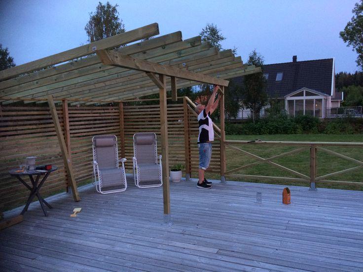 Bygger utekök med pergola