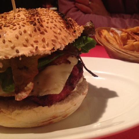 Hamburguesa en Barcelona.  Es un restaurante Argentino, así que la carne es muy buena. Es una hamburguesa grande, de respecto. Muy buena, recomendada! por Sarah Sioli  http://www.onfan.com/es/especialidades/barcelona/negro-carbon/hamburguesa-2?utm_source=pinterest&utm_medium=web&utm_campaign=referal