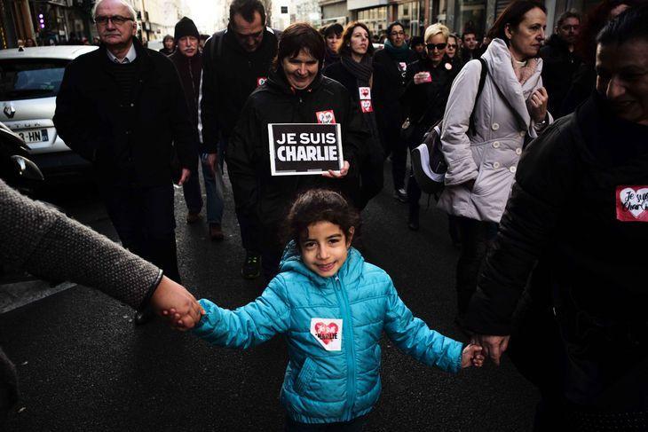 """Dans le défilé. Crédits : Edouard Elias/Getty Reportage pour """"Le Monde"""" En savoir plus sur http://www.lemonde.fr/societe/portfolio/2015/01/11/la-marche-republicaine-a-paris-en-images_4553669_3224.html#1rvr2RCzdjFxcXsS.99"""