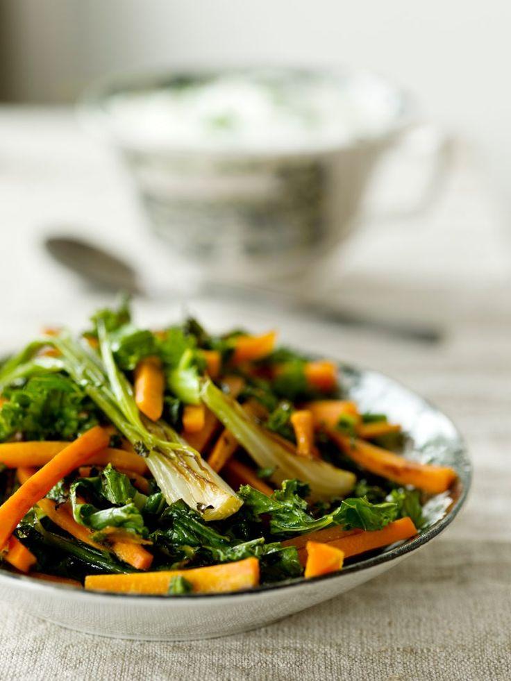 Herkulliseen lämpimään salaattiin sopii kaali kuin kaali - etenkin kesän ensimmäistä varhaiskaalisadosta salaatti valmistuu muutamassa minuutissa.