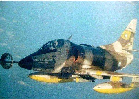 Malvinas 1982 un A4 C se reabastec en el KC 130 Hércules.