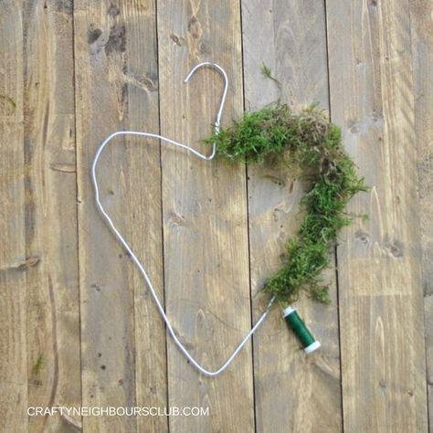 Wie Ihr aus einem Drahtbügel einen wunderschönen Kranz binden könnt, zeigen wir Euch auf unserem Blog: Craftyneighboursclub.com