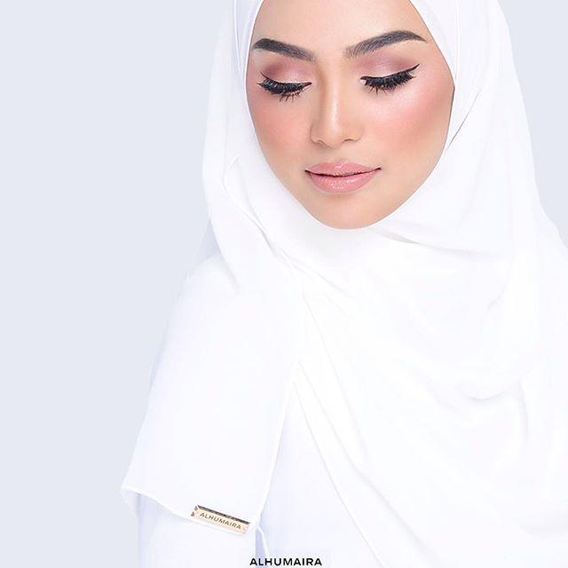Kurang dari 1 jam sahaja lagi Alhumaira akan restock plain shawl kegemaran #Alhumairafans iaitu Alhumaira Basic Essential Plain Shawl ! 💖 Who's excited?? Nantikan jam 3 petang nanti okay. Kena grab cepat sebab koleksi ini sangat HOT SELLING & HIGH DEMAND ! Ditambah pula dengan 12 warna pilihan yang memang confirm buatkan anda lebih tertarik dan rambang mata. Kalau anda terlepas koleksi warna Basic Essential kali ini memang rugi. Jadi make sure ready depan pc masing-masing nanti okay !