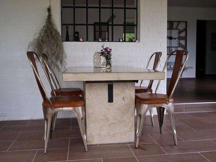 Betongbord från Ateljé B i Smedstorp och stolar från Trademark Living