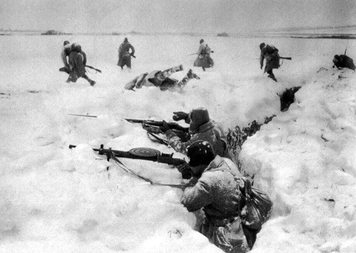 Soldados rusos defienden trinchera durante la batalla de Moscú