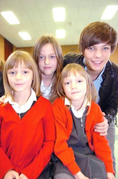 Louis Tomlinson with his siblings :)