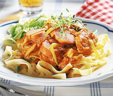 Pasta är ofta uppskattat bland familj och vänner. Speciellt den här magnifika rätten med kryddig chorizo i en underbar tomatsås. Enkel att tillaga, rolig att servera och underbar att äta.