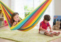 Deze hangmat baby's en kinderen komt in een leuk Rainbow design. U kunt deze hangmatten ophangen tussen bomen, muren of onder de hoogslaper.
