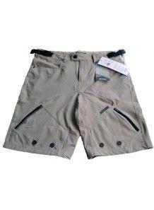 Pantalones cortos tipo bermudas Blanks de Astore fabricadas con características técnicas pensadas en el ciclismo urbano. Su tejido es Activestrech, una fibra que te mantiene seco si se suda ya que seca muy rápidamente para evitar la pérdida de calor.