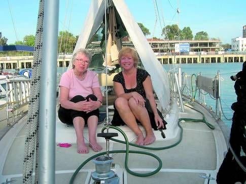 Släkt och vänner hälsar gärna på. Här sitter Ann Ljungberg tillsammans med sin mamma på båten.