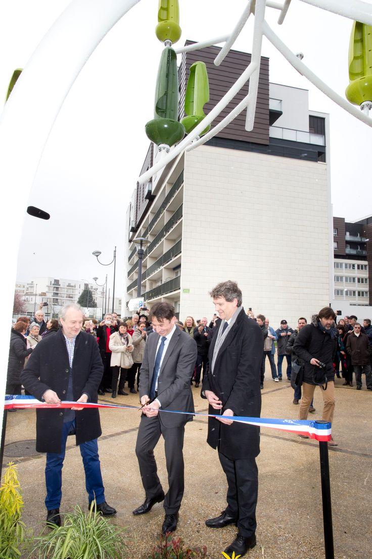 Inauguration de l'Arbre à Vent, le 25 mars 2016. Jérôme Michaud-Larivière CEO de NewWind, Pascal Thévenot, Député-maire de Vélizy et Arnaud Montebourg, Président du Conseil de de Surveillance de NewWind coupent le ruban.