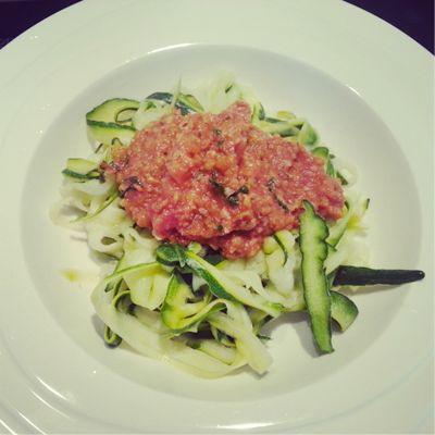 Recept: courgettepasta met een saus van falafel en tomaat #recept #gezond #koolhydraatarm