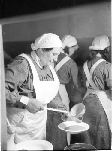 Vilhonvuorenkadun pommisuoja, lottia ruokapuuhissa.  Helsinki 1941.07.01. SA-kuva.