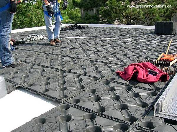 Arquitectura de Casas: Techos verdes ecológicos con retención de agua. Bandeja plásticas con recipientes que retienen el agua de lluvia en los techos cubiertos por plantas vivas.