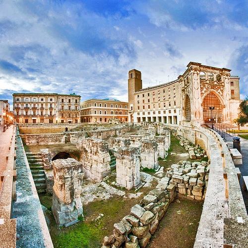 Lecce, scorcio del teatro romano di piazza Sant'Oronzo