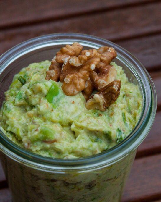Veganes Walnuss-Lauch-Pesto / vegan walnut & leek pesto. Kinderleicht und in 5 Minuten zubereitet.