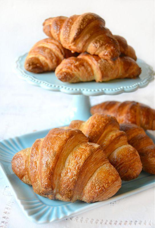 Questa è la seconda volta che provo i croissant sfogliati e se i primi erano venuti bene questi sono perfetti!Lo so, posso sembrare presuntuosa e chi mi conosce sa che non lo sono assolutamente ma,