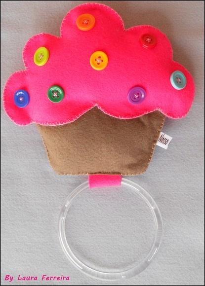 Deixe sua cozinha mais bonita com o lindo e colorido Porta Pano de Prato Cupcake feito em feltro com enchimento. Confeccionado em feltro e com enchimento em acrilon. Medidas:15 x 14 R$20,00