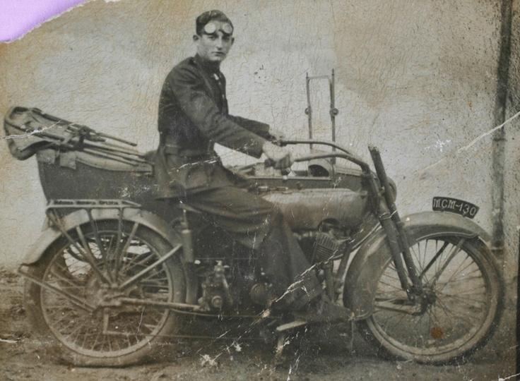 Un Guardia Civil posa en su Harley.    Luis Lucio García Orte  1933  Un Guardia…