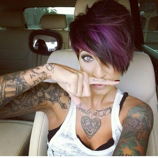 A gorgeous pixie hairstyle with purple hair, I just love this one! Discover more pixie hairstyles in the article!