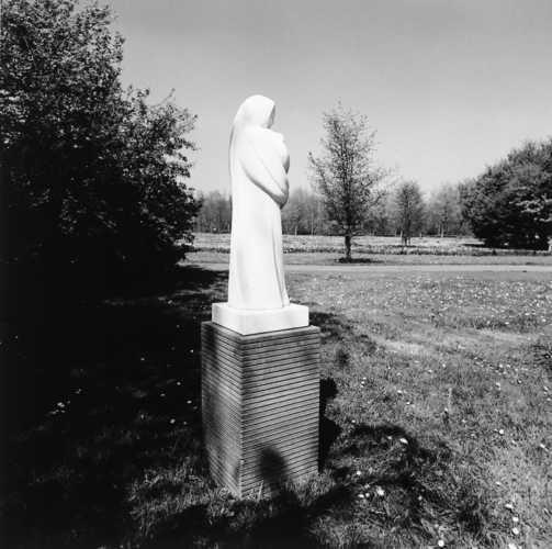 Cor Kennedy, Madonna met kind (1978), De Marken, Almere Haven.© Witho Worms, Museum De Paviljoens
