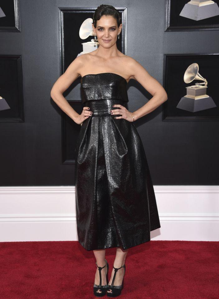 Gleicher Designer, völlig andere Wirkung: Schauspielerin Katie Holmes trug einen schwarzen Müllsack von Zac Posen, dessen Unförmigkeit durch die klobigen Plateau-Heels und die dominante Frisur noch unterstrichen wurde. (Bild: AP)
