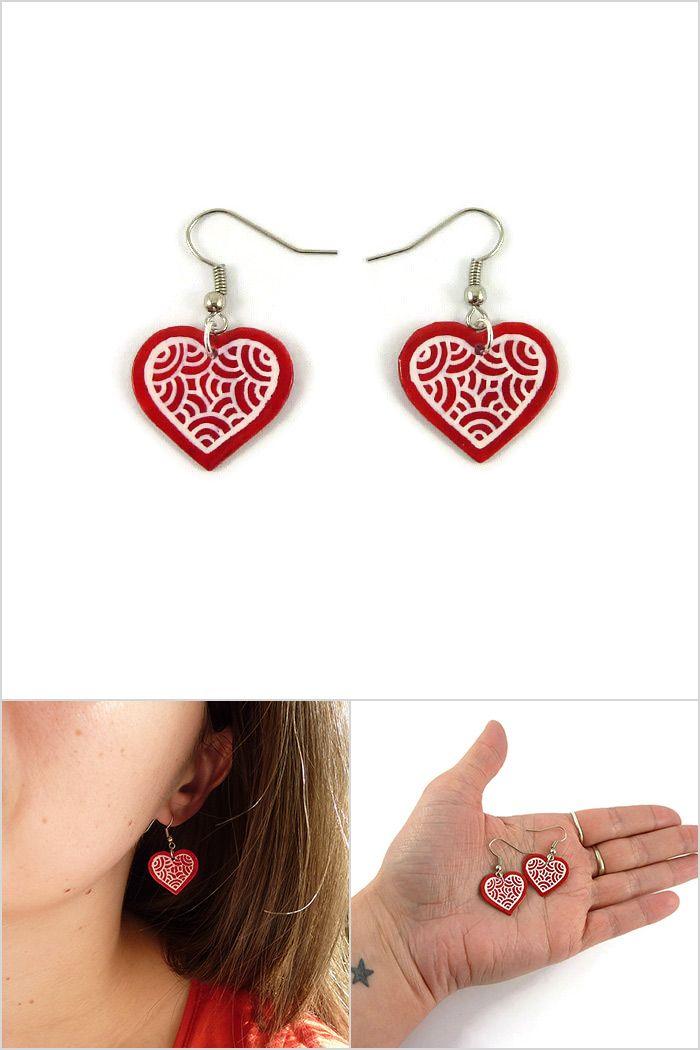 Boucles d'oreille coeurs rouges aux volutes blanches - Bijoux fantaisie réalisés sur commande par @savousepate à partir de plastique recyclé (CD) - Idée cadeau femme / Saint Valentin