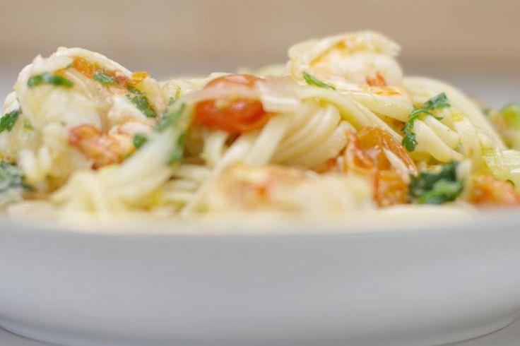 Pasta komt in alle maten en deze keer kiest Jeroen voor linguine, een dunne lintpasta uit Genua die je in makkelijk in de supermarkt kan kopen. Jeroen gebruik de pasta in een eenvoudig gerecht dat tegelijk een beetje feestelijk is. De smaakmakers met dienst zijn kloeke scampi, kerstomaatjes en een verse venkelknol, want da's een goeie maat van zeevruchten. Een portie rode chilipeper zorgt voor kleur en een beetje culinair 'vuur'. Uiteraard beslis je zelf hoe pittig deze ber...