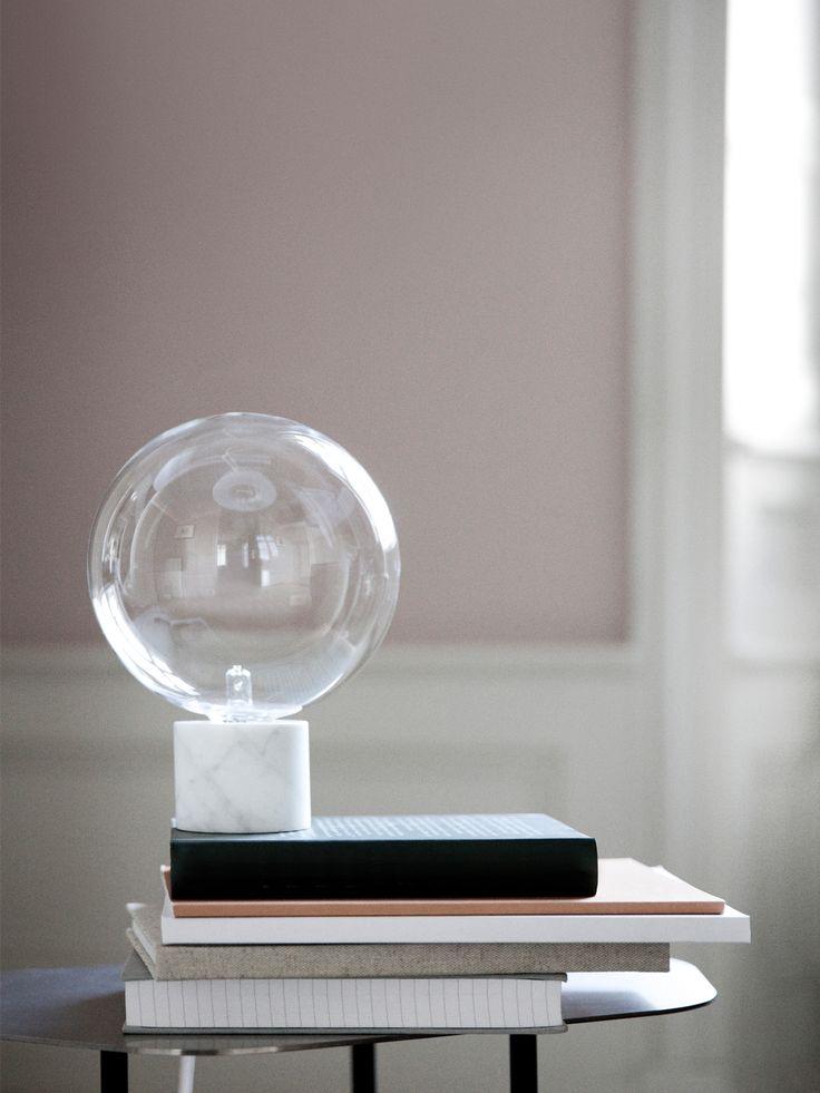Die Tischleuchte Marble Light SV6 von &tradition überzeugt durch ihre geometrische Formen und exquisite Materialien wie Marmor und mundgeblasenes Glas