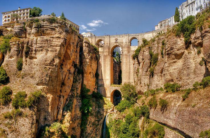 20 ponts impressionnants par leur beauté qui ont traversé les époques Le pont de Ronda à Malaga en Espagne