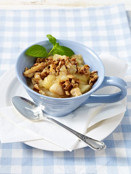 Ein gesundes Frühstück ist Pflicht! Auf unserem Frühstückstisch: ein knuspriges Vollkornbrötchen, ein fruchtiges Müsli und 21 gesunde