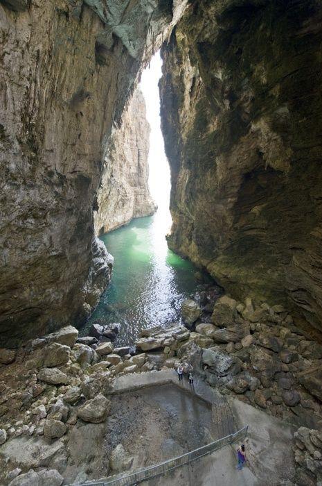 Gaeta (LT) ::: Montagna Spaccata Legend has it that pirates hid in this nook.