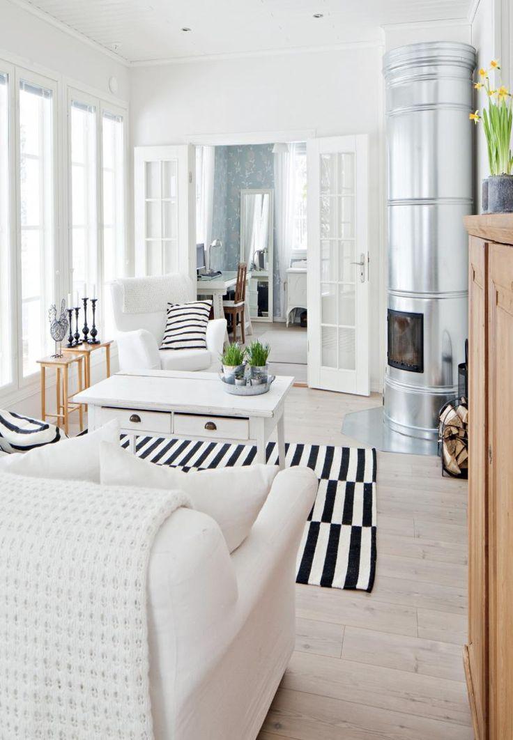 Sohva ja nojatuoli ovat Ikean jo lopetettua Tomelilla-sarjaa. Myös villamatto on Ikean. Olohuoneen pöytä on peräisin Pohjanmaalta ja pieni sarjapöytä on vanhemmilta. | Mustavalkoinen pehmo | Koti ja keittiö