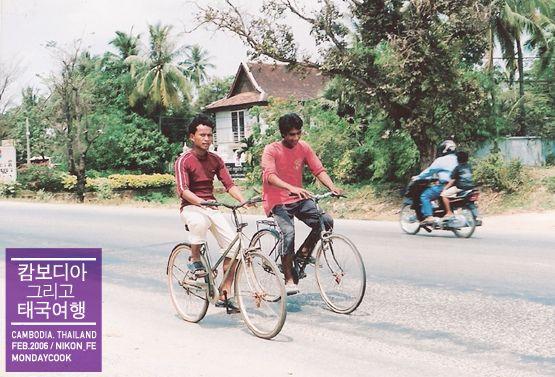 2006 in Cambodia 자전거 타는 시크 청년들.