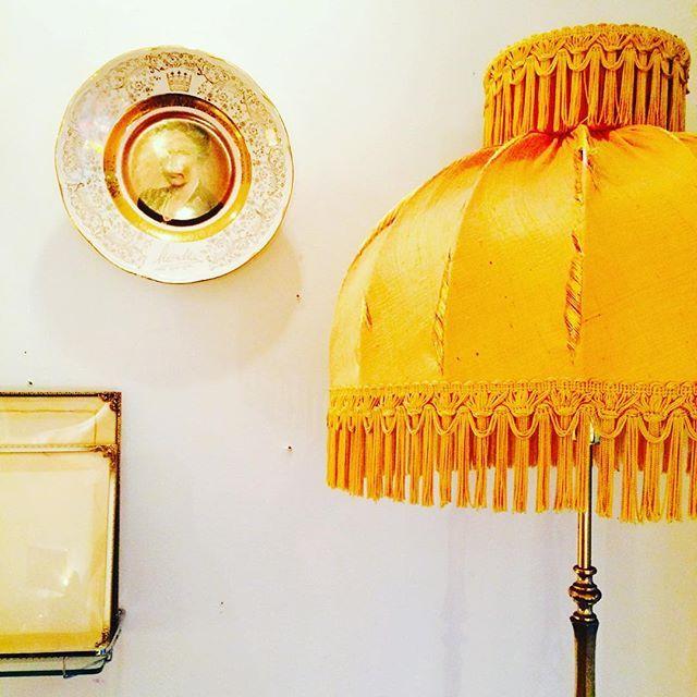 #pyntatiltrengsel  #silkeskjerm #messing #stålampe #midcentury #midcenturymodern #retro #vintage #nostalgia #nostalgi #martha#dronningtallerken #porcelain #interiordesign #interiorstyling #interiør #messingramme #engangtil #gjenbruk #gjenbruksglede #unikehjem #unikoslo .#markveien #grünerløkka #løkka