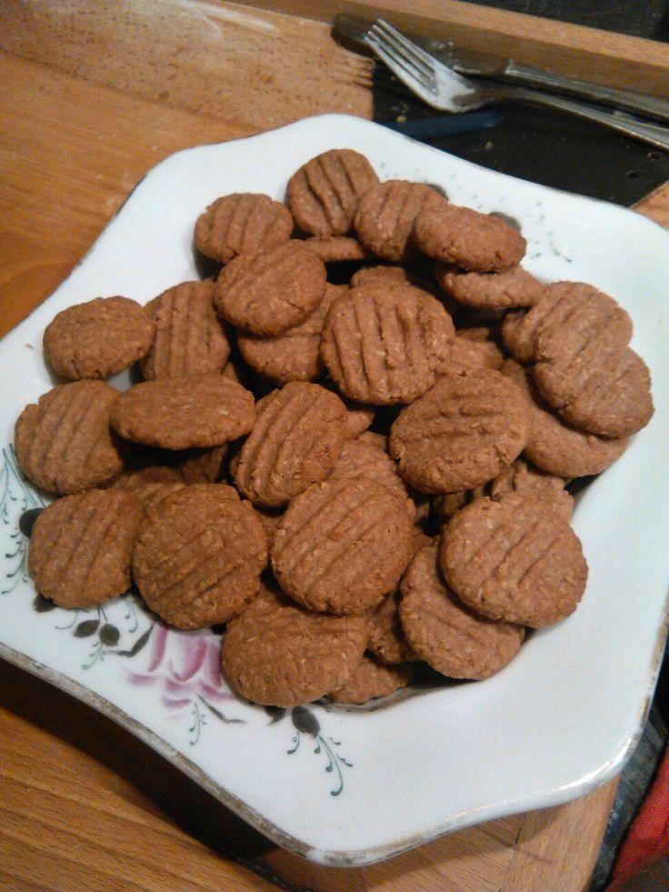 KOKA sušenky:                                              100g strouh. kokosu,  240g změkl. másla,  1 žloutek,  90g mouč.cukru (dle chuti i méně),  3 lžíce kakaa, špetka soli   - vypracovat těsto, troubu předehřát na 180°C, tvoříme malé kuličky, dáme na plech vyložený pečícím papírem a rozmačkneme vidličkou, pečeme 8-10 min.  (zdroj: kuchařka Apetit - Cukroví)