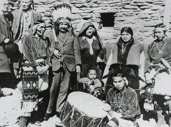 Albert Einstein posando junto con aborígenes americanos, durante una visita al Gran Cañón. 1922