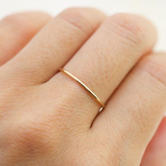 14 karaats vergulde hand gehamerd getextureerde 1mm ring. Eenvoudige en sierlijke ring is zo veelzijdig en kan alleen worden gedragen of mengen & stapel met andere ringen van uw keuze. Bestel in klein formaat voor perfecte knokkel en midi ringen! Als u wenst te hebben verschillende belpatronen grootte voor elke ringen, laat uw maat in opmerking aan verkoper. Ringen zijn verkrijgbaar in 100% gerecycled 14 k geel, rose of wit goud.  Details :: 1mm breed :: gehamerd textuur :: 14 k geel, rose…
